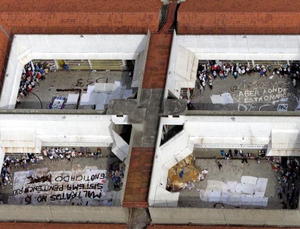 Presos exibem emblemas do PCC durante rebelião no Cadeião de Pinheiros, em SP