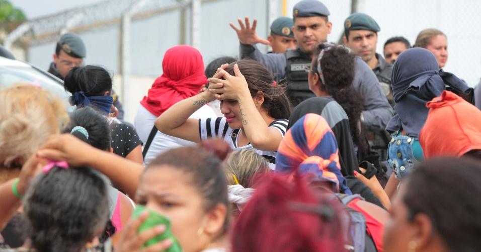 2.jan.2017 - Familiares aguardam por notícias na entrada da estrada de acesso ao Compaj (Complexo Penitenciário Anísio Jobim) em Manaus