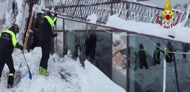 Bombeiros buscam sobreviventes no hotel Rigopiano, em Farindola, no centro da Itália, que foi atingido por uma avalanche