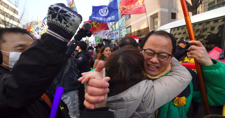 10.mar.2017 - Pessoas a favor do impeachment da presidente Park Geun-hye comemoram a decisão da Corte Constitucional sul-coreana nesta sexta-feira (10), em Seul