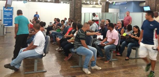Clientes em fila em agência da Caixa no centro do Rio, por volta das 8h