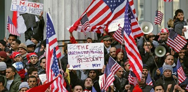 2.fev.2017 - Muçulmanos protestam contra decreto imigratório do presidente Donald Trump