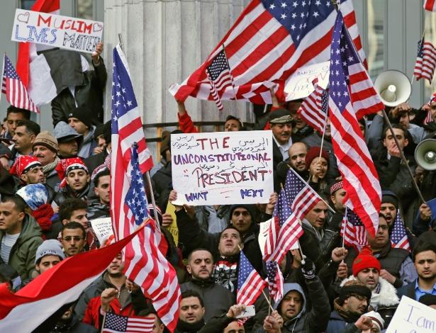 2.fev.2017 - Muçulmanos e iemenitas protestam contra o presidente Donald Trump, que suspendeu temporariamente a entrada de alguns países de maioria muçulmana nos EUA