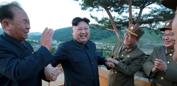 O ditador Kim Jong-un (centro) e Ri Pyong Chol (esq.) reagem em foto divulgada pela agência oficial norte-coreana KCNA