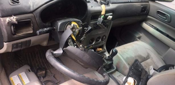 Dono do carro invadido por urso em Durango registra o estrago feito pelo bicho