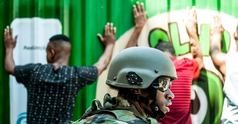 23.set.2017 - O Exército fez a busca de traficantes na favela da Rocinha neste sábado (23)