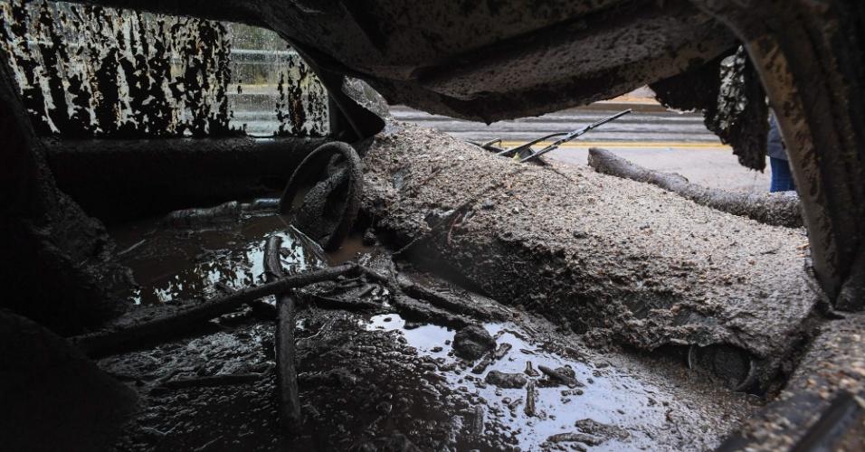 9.jan.2018 - Carro destruído pelos deslizamentos de terra em Burbank, na Califórnia