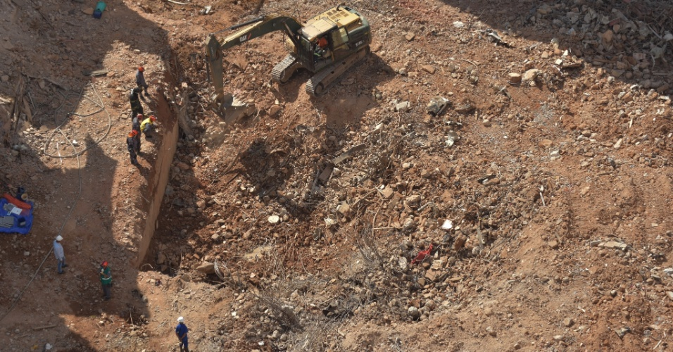 9.mai.2018 - Bombeiros usam escavadeira a procura de vítimas na região do subsolo no local onde prédio desabou no dia 1º de maio, no centro de São Paulo