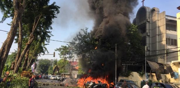 Incêndio na frente da Igreja Central Pentecostal de Surabaia, na Indonésia; três atentados em igrejas cristãs, cometidos por uma mesma família, deixaram mais de 10 mortos após a missa deste domingo (13)