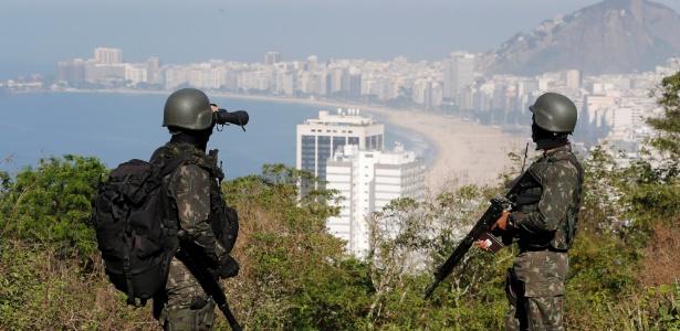 21.jun.2018 - Militares no morro da Babilônia observam a orla de Copacabana em operação dois dias atrás - Pablo Jacob/Agência O Globo