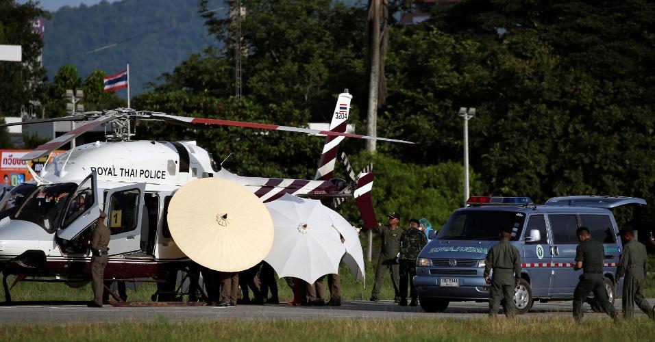 9.jul.9.jul.2018 - Helicóptero aguarda garotos para retirados de caverna na Tailândia nesta segunda-feira (9) para transporte para hospital