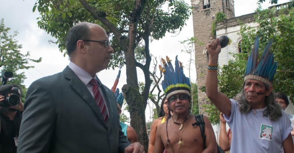 24.mar.2013 - Indígenas da Aldeia Maracanã e juiz federal Wilson Witzel