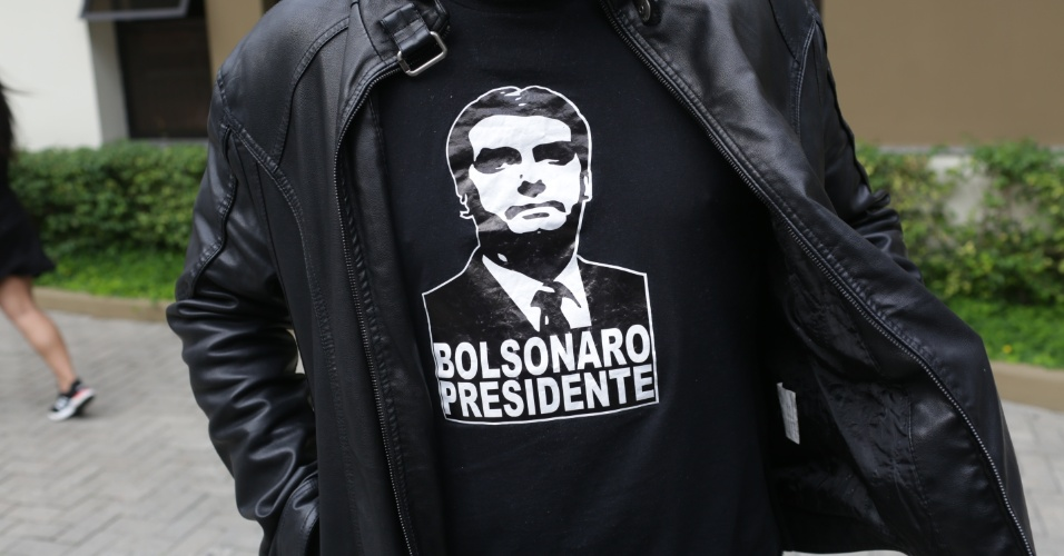 28.out.2018 - Eleitor do candidato à presidência Jair Bolsonaro (PSL) vota no Mackenzie, região central de São Paulo com a camiseta em apoio ao presidenciável