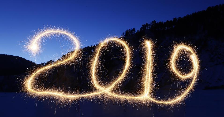 """31.dez.2018 - O número """"2019"""" é escrito no ar com fogos de artifício em  Krasnoyarsk, na Rússia, durante a festa de Réveillon"""