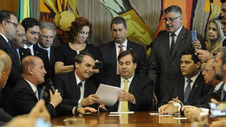 Onyx Lorenzoni fala ao microfone enquanto Bolsonaro entrega o projeto de Reforma da Previdência a Rodrigo Maia - Luis Macedo/Câmara dos Deputados