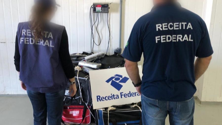 15.ago.2019 - Funcionários da Receita Federal junto a mochilas onde a cocaína foi encontrada - Divulgação/Receita Federal