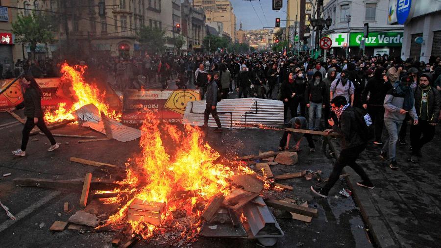 19.out.2019 - Manifestantes incendeiam madeiras e entulhos nas ruas de Valparaíso, no Chile - Sebastián Cisternas/Aton Chile/AFP