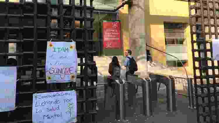 """Cartazes na porta da universidade dizem que o ITAM tem """"sangue nas mãos"""" e que estudante lutam por saúde mental - Arquivo Pessoal - 13.dez.2019"""