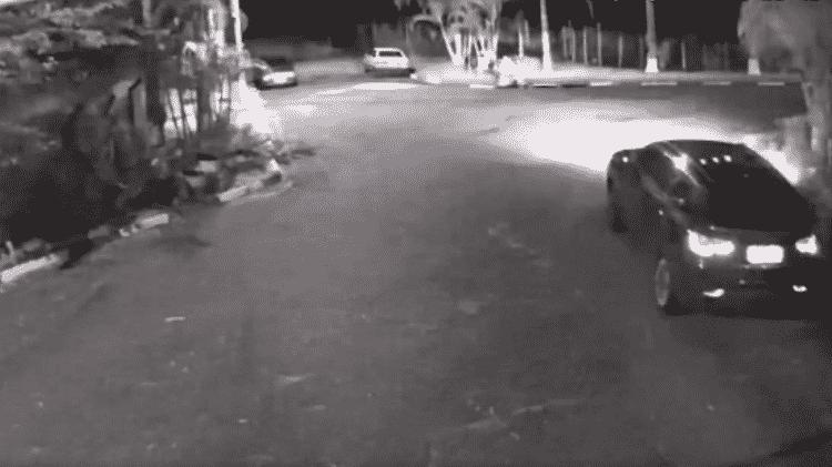 Flaviana chega ao condomínio em seu carro, um Jeep azul-escuro - Divulgação/ Polícia Civil