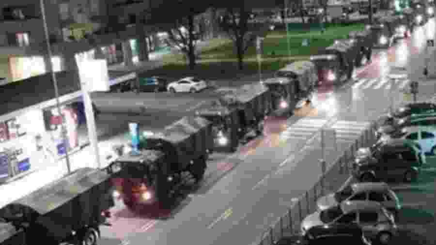 Caminhões do Exército, num roteiro de horror, passam por cidades da Itália recolhendo corpos para cremação. Parece que há gente querendo testar por aqui essa possibilidade... - Reprodução/Twitter