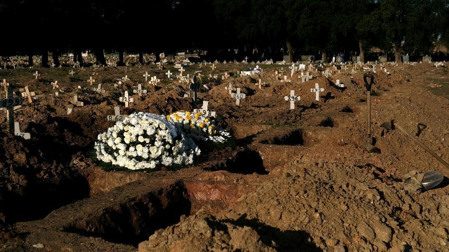 Covas escavadas no cemitério São Francisco Xavier durante a pandemia de coronavírus, no Rio de Janeiro - Ricardo Moraes/Reuters