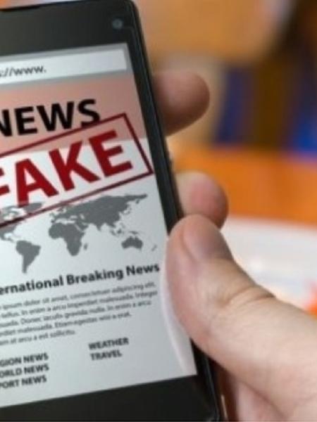"""Celular traz na tela a expressão """"fake news"""" - Reprodução"""