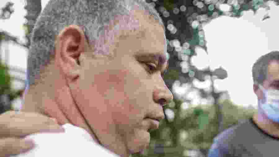 10.jun.2020 - O bombeiro Maxwell Simões Correa é conduzido por policiais após ser preso sob suspeita de participação no assassinato da vereadora Marielle Franco - Diego Maranhão/AM Press & Images/Estadão Conteúdo
