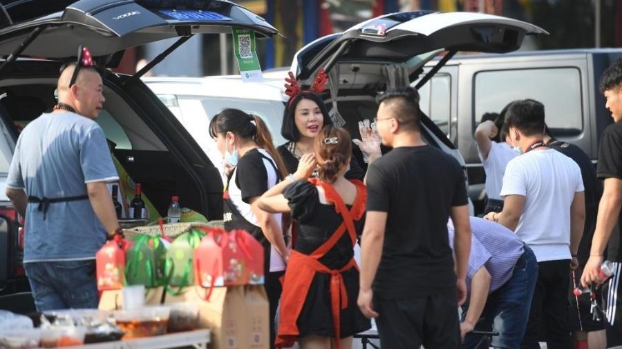 10.jun.2020 - Pessoas vendendo artigos nas ruas em Chongqing, na China - China News Service via Getty Images