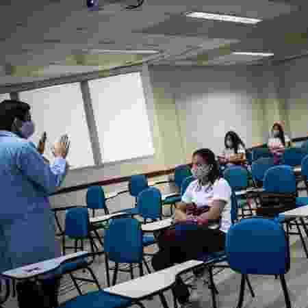 Alunos de escola em Manaus voltam à sala de aula, mantendo distanciamento entre as cadeiras   - Divulgação/Sindicato das escolas particulares de Manaus