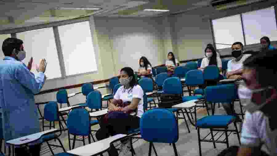 Alunos de escola em Manaus voltaram à sala de aula ainda em julho, mantendo distanciamento entre as cadeiras   - Divulgação/Sindicato das escolas particulares de Manaus