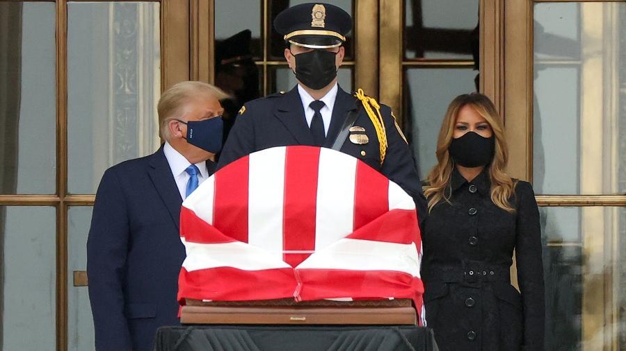 O presidente dos Estados Unidos Donald Trump e a primeira-dama Melania prestam homenagem à juíza Ruth Bader Ginsburg - Jonathan Ernst/Reuters