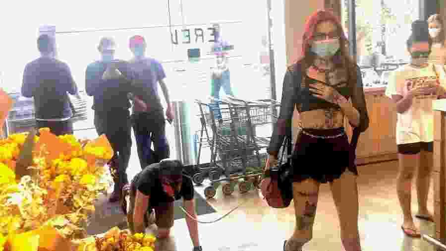 """Dominatrix leva seu """"sub"""" para fazer compras em mercado em Los Angeles - Reprodução/Twitter"""