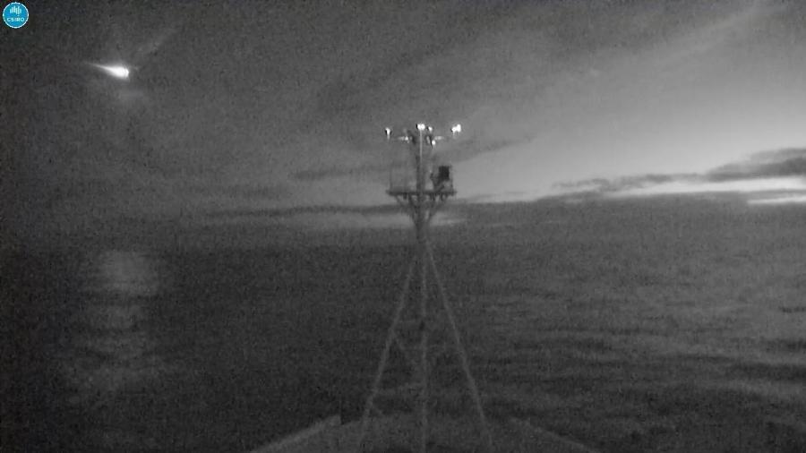 Imagem do CSIRO, órgão de pesquisa científica da Austrália, mostra meteoro (lado esq. superior) cruzando céu do país, que foi captado por câmera do navio RV Investigator - CSIRO