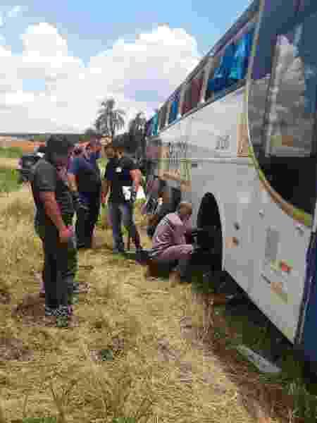 Peritos verificaram ônibus, em Fartura (SP) - Henrique Outeiro/UOL - Henrique Outeiro/UOL