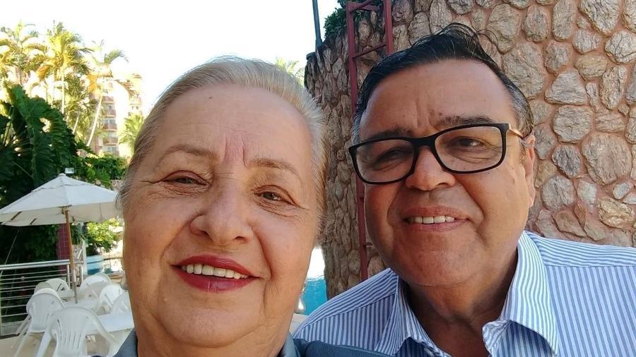 """O secretário de Saúde de Pires do Rio (GO), Assis Silva Filho, com a """"mulher da vida dele"""" - Reprodução"""