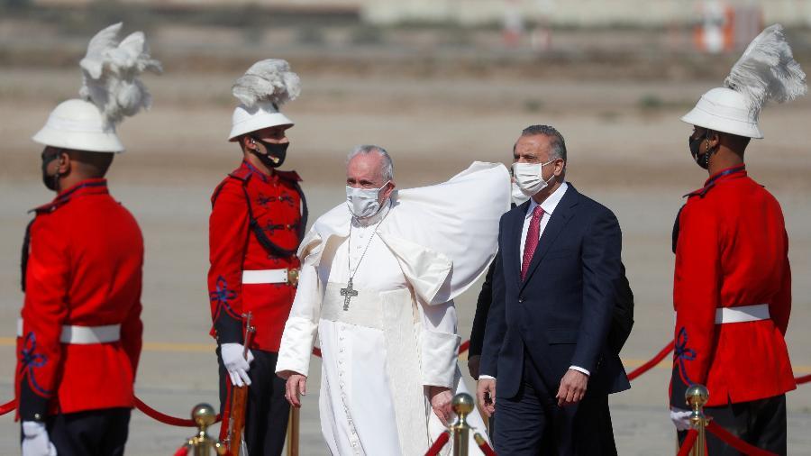 Papa Francisco desembarca em Bagdá, no Iraque, e é recebido pelo primeiro-ministro iraquiano Mustafa Al-Kadhimi. É a primeira visita de um pontífice ao país  - REUTERS/Yara Nardi
