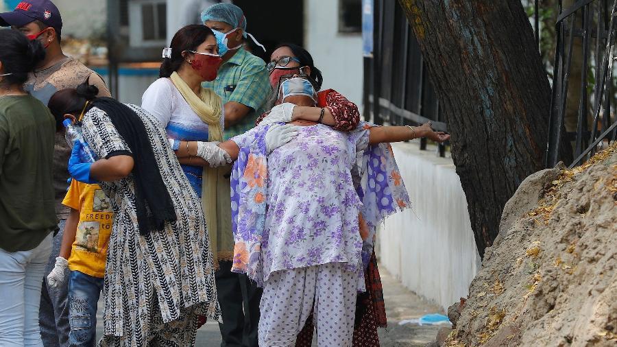 Mulher chora ao ver o corpo de seu filho que morreu devido à covid-19, fora de um necrotério de um hospital em Nova Delhi, Índia - Adnan Abidi/Reuters