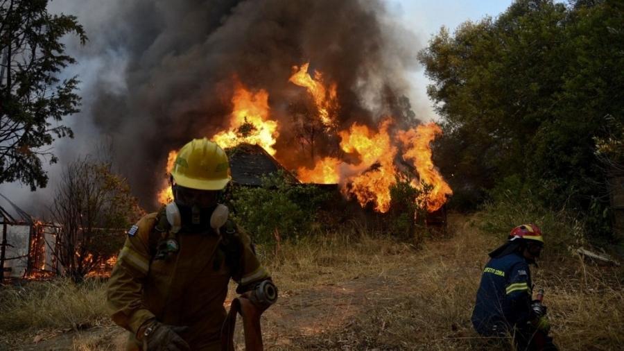 Autoridades enviaram mensagens de alerta para telefones celulares dos moradores para evacuar as aldeias de Zeria, Kamares, Achaias e Labiri. - STR / Eurokinissi / AFP