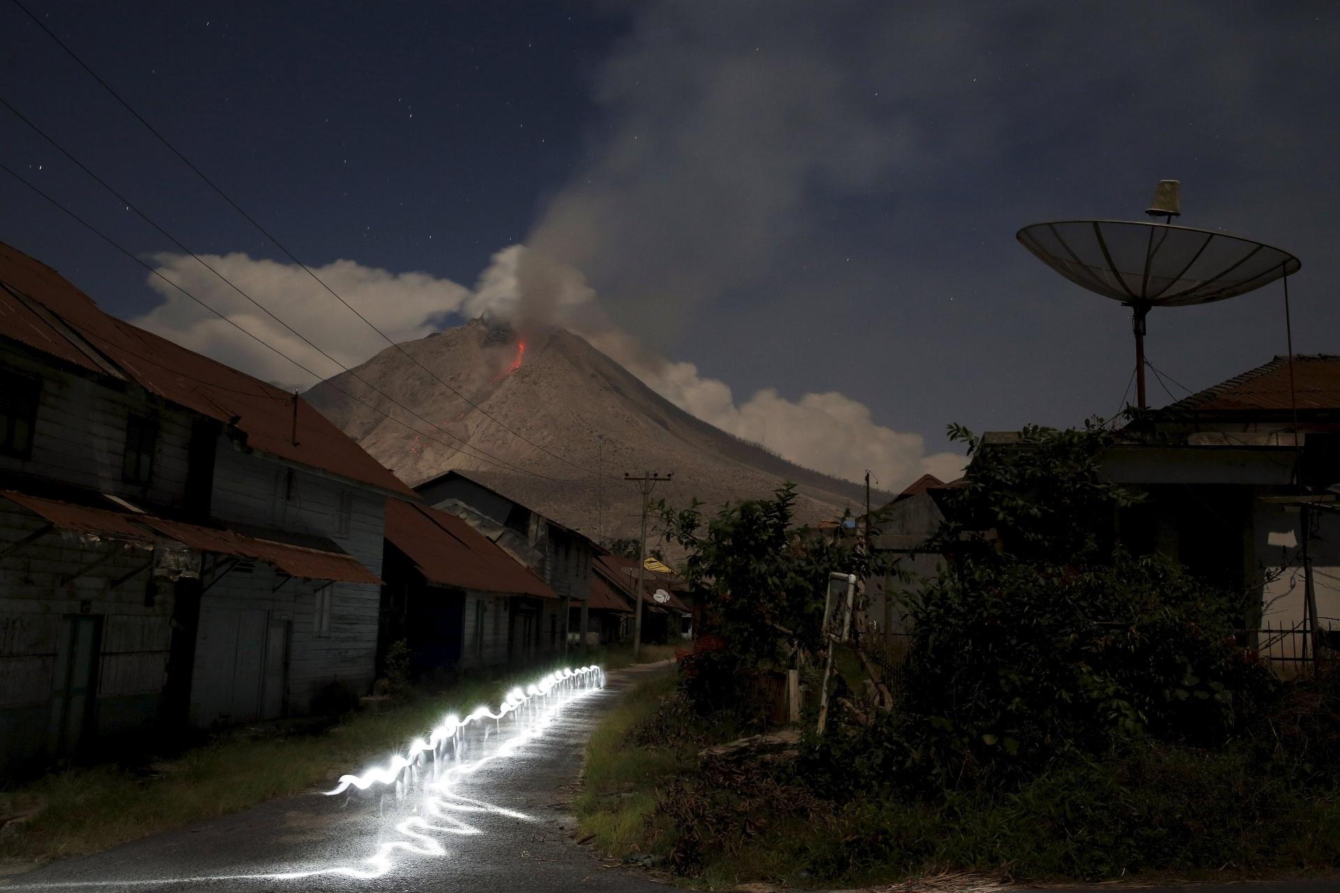 29.jun.2015 - Monte Sinabung, na Indonésia, expele cinzas nesta segunda-feira (29)