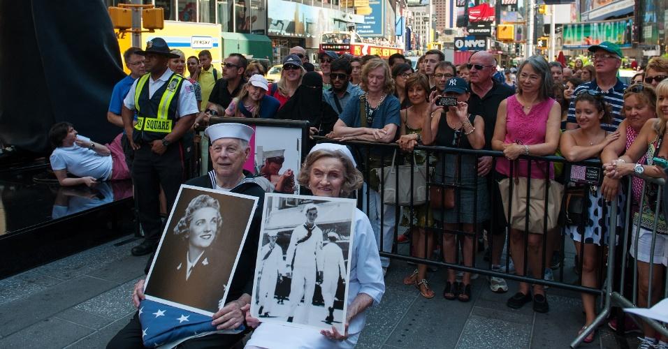 14.ago.2015 - Os veteranos da Segunda Guerra Mundial Ray e Ellie Williams se preparam para recriar o beijo entre um marinheiro e uma enfermeira durante anúncio do fim da Segunda Guerra Mundial, na Times Square, em Nova York. A icônica imagem foi registrada pelo fotógrafo Alfred Eisenstaedt e completa 70 anos nesta sexta-feira (14)