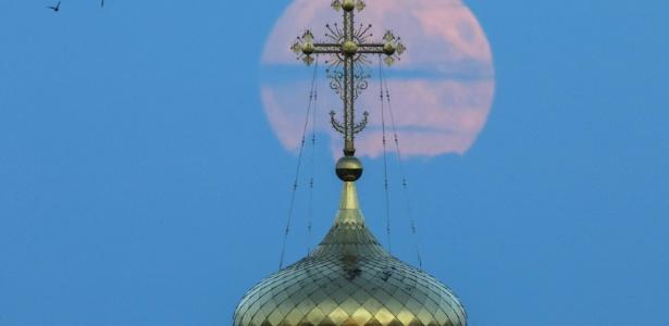 """O fenômeno foi apelidado de """"lua de sangue"""" porque a Lua reflete a luz do Sol dispersa na atmosfera terrestre, ganhando uma coloração avermelhada - Maxim Shemetov/Reuters"""