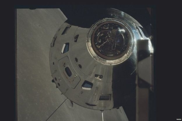 O módulo de comando da Apollo 17 acima da superfície da Lua