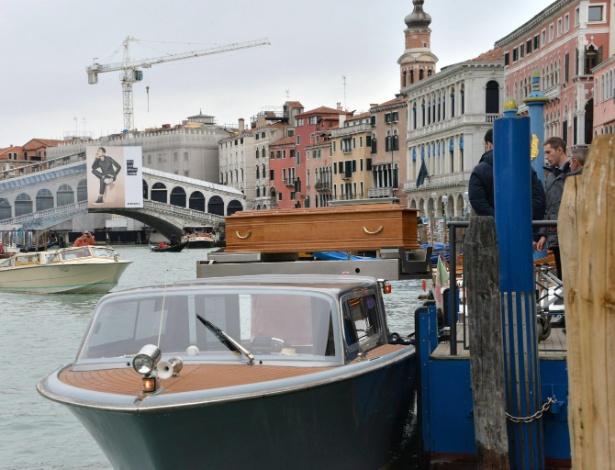 Embarcação transporta o caixão com o corpo da italiana Valeria Solesin, morta nos atentados terroristas em Paris. Ela é uma das 89 vítimas na casa de shows Bataclan - Andrea Merola/EFE