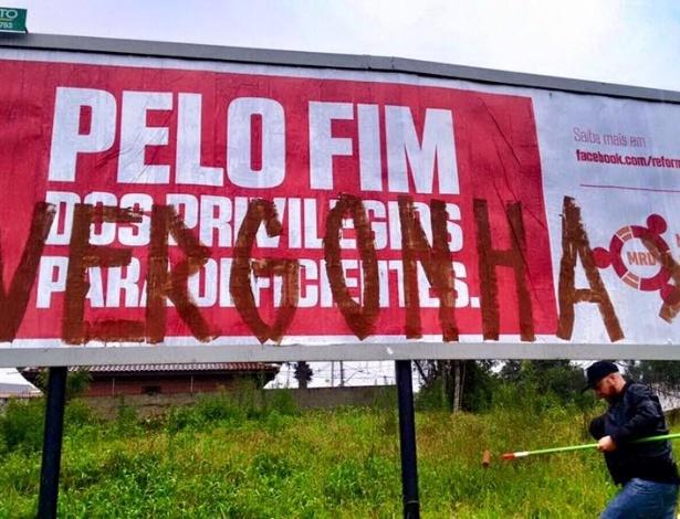 """Cartaz que pede fim de """"privilégios"""" a deficientes é pichado em Curitiba - Reprodução/Facebook"""