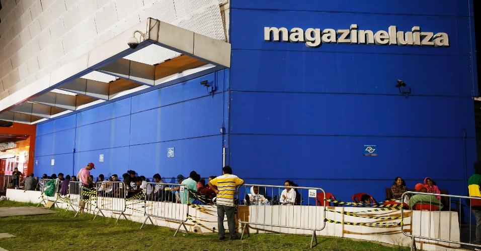 Clientes fazem fila para liquidação do Magazine Luiza, na marginal Tietê, em São Paulo, um dia antes
