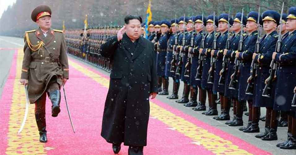 10.jan.2016 - Em foto sem data confirmada disponibilizada pela KCNA, agência oficial de notícias da Coreia do Norte, o líder supremos do país, Kim Jong-un, passa em revista tropa das forças armadas