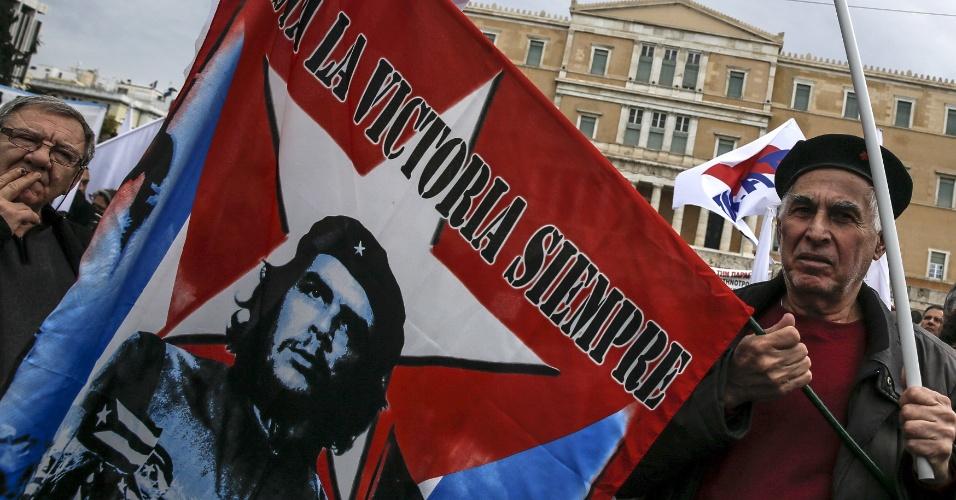 13.fev.2016 - Manifestante segura bandeira com imagem do líder revolucionário cubano Che Guevara, durante protesto de fazendeiros gregos filiados à entidade comunista PAME em ato contra a reforma da previdência em frente à sede do parlamento em Atenas, na Grécia