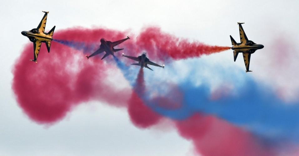 14.fev.2016 - Aviões da Força Aérea da Coreia do Sul ensaiam acrobacias aéreas em Cingapura. A esquadrilha fará apresentação em festival aéreo no país