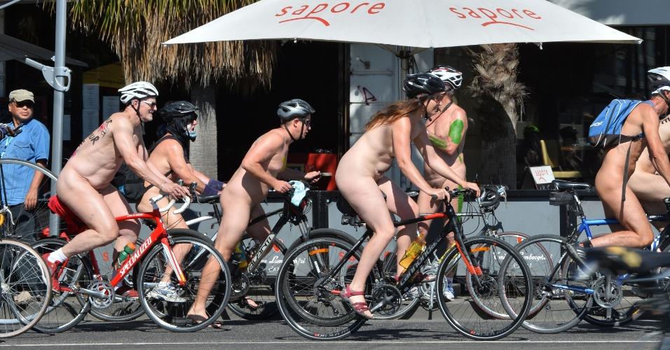 28.fev.2016 - Ciclistas participam de passeio ciclístico nudista em Melbourne, na Austrália. A campanha, realizada em várias cidades, visa chamar a atenção para a vulnerabilidade dos ciclistas no trânsito
