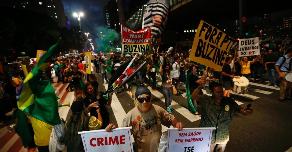 4.mar.2016 - Avenida Paulista atrai manifestantes na noite de São Paulo em comemoração à investigação da Operação Lava Jato sobre o ex-presidente Luiz Inácio Lula da Silva (PT). Na 24ª fase da investigação, o principal alvo é a Lula, para felicidade grupos contra o PT
